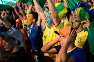 FORTALEZA, CE, BRASIL, 12-06-2014, 17h00: Brasileiros comemoram o segundo gol brasileiro no primeiro jogo da Copa do Mundo 2014, transmitido em um telão de 130m2 na arena Fifa Fan Fest na praia de Iracema.