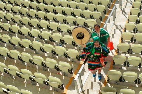 FORTALEZA, CE, BRASIL, 29-06-2014, 15h22: Torcedores mexicanos lamentam a rápida virada no placar dos holandeses que os eliminou da Copa do Mundo.